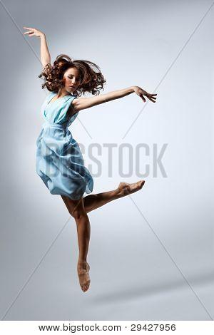 jung und schön Dancer posing in Studio Hintergrund