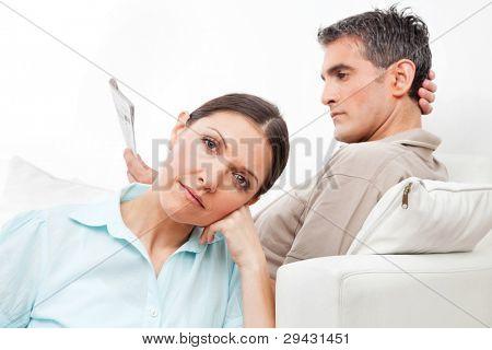 Casal de idosos em casa dando uns aos outros o tratamento do silêncio