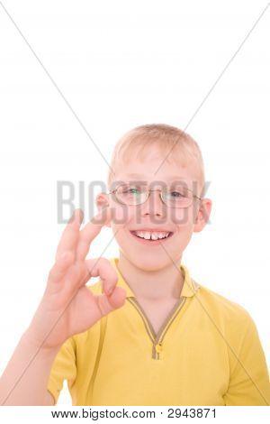 Sorridente adolescente mostrando sinal de Ok.