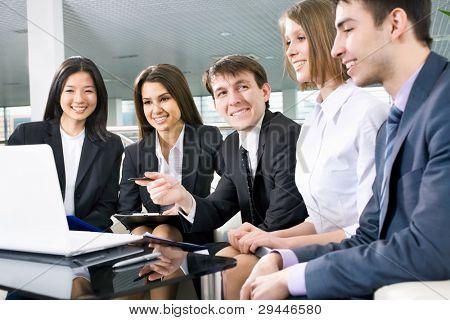 Gruppe von glücklich Multi-ethnischen Geschäftsleute in einer Sitzung im Büro