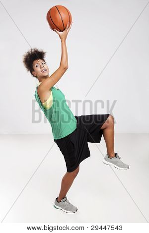 Mulher com basquete