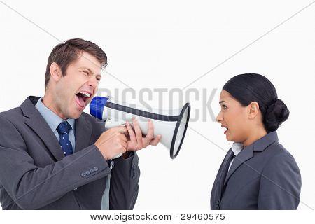 Close up van verkoper met megafoon schreeuwen tegen collega tegen een witte achtergrond