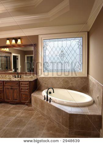Luxus-Badezimmer mit Glasmalerei