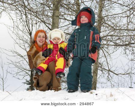 Mãe com filhos. Inverno.