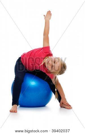 Menina fazendo exercício de fitness com bola de ginástica. Estúdio tiro.