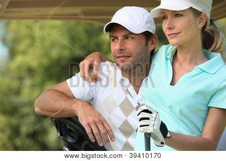 Casal jogando golfe