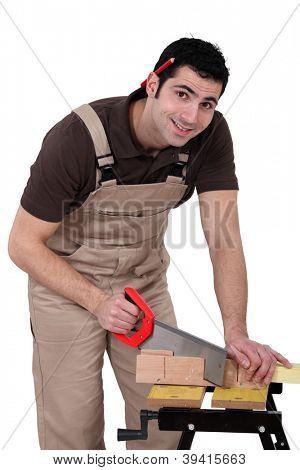 Carpinteiro usando um serrote