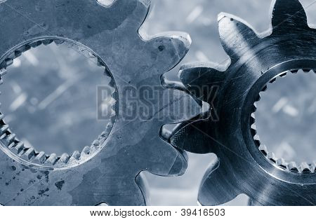 grandes engranajes, piñones con telón de fondo de titanio, azul concepto tonificante