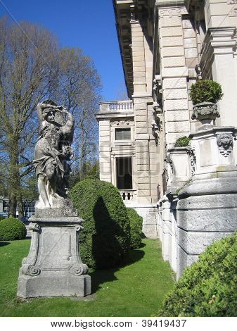 statue in garden of villa melzi
