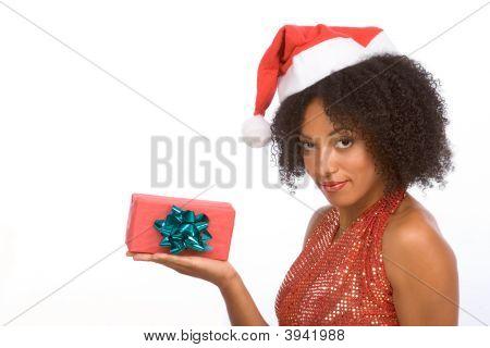 Simpática Senhora de etnia Santa com presente de Natal