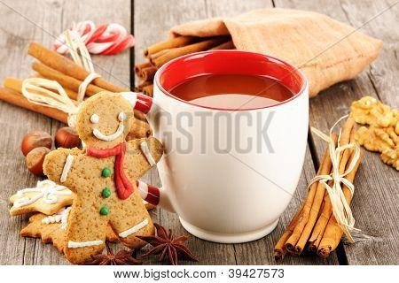 Caneca de chocolate quente na mesa de madeira