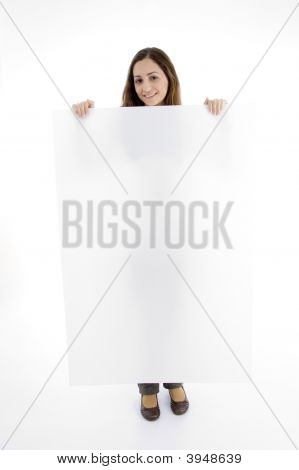 Atractiva mujer sosteniendo carteles