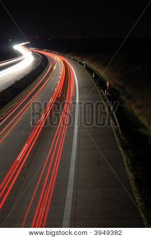 Carretera por la noche con tráfico