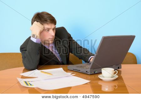 Empresario en un lugar de trabajo con la computadora portátil