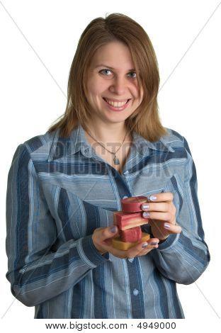 Lächelnde Frau mit Soap Stücke in Händen