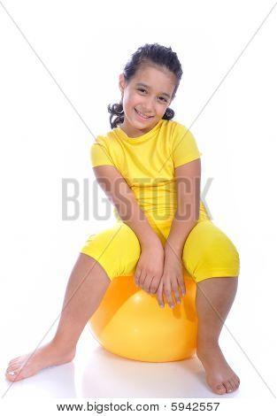 schöne Mädchen in gelb mit gelbe ball
