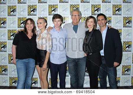 SAN DIEGO - JUL 25:  Unknown, Olivia Cooke, Freddie Highmore, Carlton Cuse, Vera Farmiga, Nestor Carbonell at the