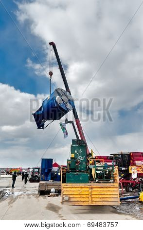 Loading of equipment on agricultural exhibition