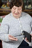 Постер, плакат: Пенсионер считает ее последние деньги