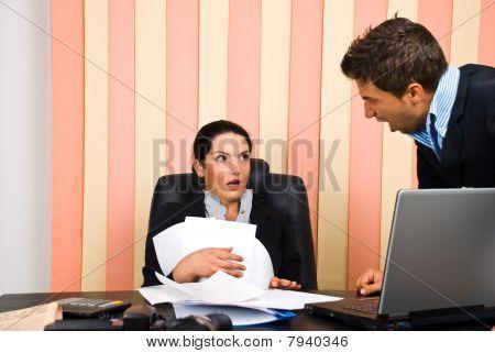 Jefe enojado con el empleador