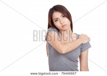 Young Asian Woman Got Shoulder  Pain