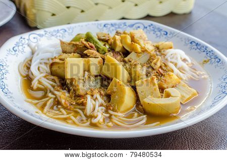 Kaeng Pung (tai) Pla Nam Khon (fish Kidney Thick Spicy Soup) With Thai Rice Vermicelli