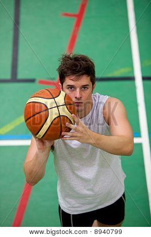 Porträt eines muskulösen jungen Mannes Basket-Ball spielen