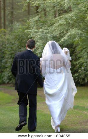 Braut und Bräutigam zu Fuß entfernt