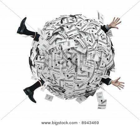 埋在财务发票的球体的商人