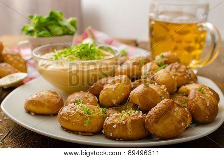 Pretzel Rolls With Cheese Dip