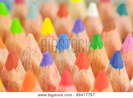 closeup photo of crayons