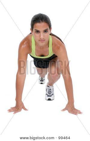 Hermosa chica adolescente en ropa de entrenamiento pista posición Ready