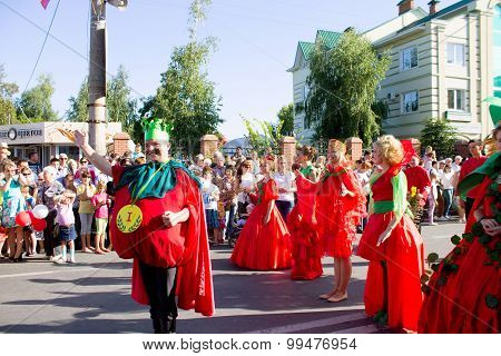 Syzran, Russia - August 22: Festival Silver Trumpets Volga And Tomato Feast. People In Suits Tomato
