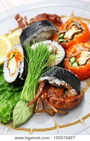 spider roll, maki sushi made of soft shell crab tempura and sushi rice.
