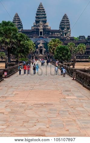 Path to Angkor Wat with people