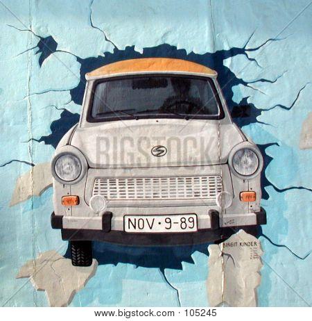 Trabant auf der Berliner Mauer