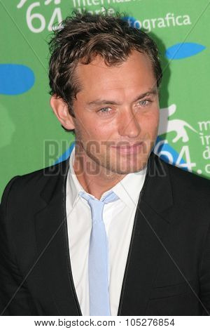VENICE - AUGUST 30:Jude Law attends the Sleuth photocall during Day 2 of the 64th Annual Venice Film Festival on August 30, 2007 in Venice, Italy