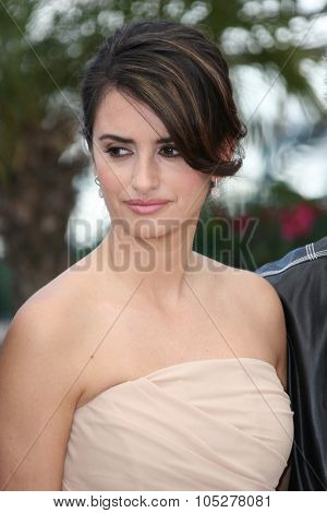 CANNES, FRANCE - MAY 19:  Penelope Cruz attends the 'Broken Embraces' Photo Call at the Palais Des Festivals during the 62nd Annual Cannes Film Festival on May 19, 2009 in Cannes, France