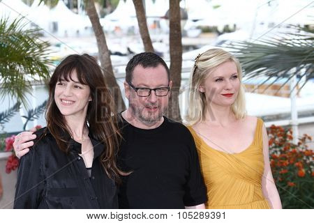 CANNES, FRANCE - MAY 18:  Charlotte Gainsbourg, director Lars Von Trier and  Kirsten Dunst attends the 'Melancholia' photocall at the Palais des Festivals during the 64th Cannes Film Festival on May 18, 2011 in Cannes, France