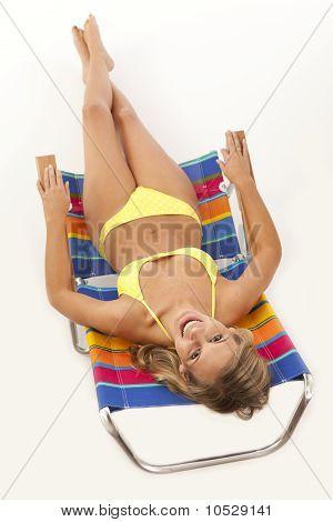 Jovem relaxante na cadeira de praia