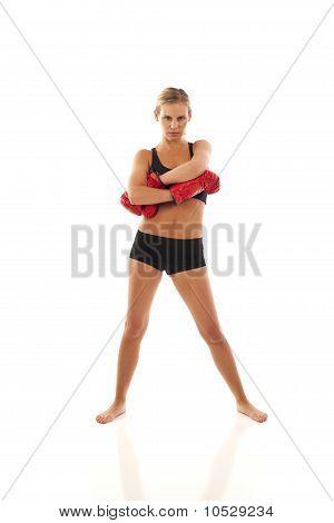 Jovem mulher com luvas de boxe vermelhas