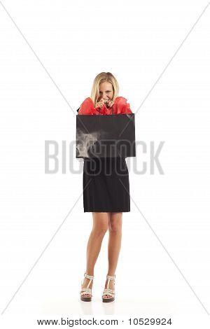 Mulher jovem em preto com vermelho e preto sacola