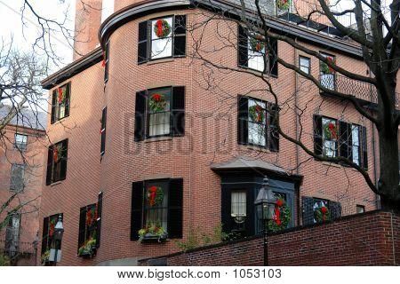 Gebäude mit Weihnachtskranz In jedem Fenster
