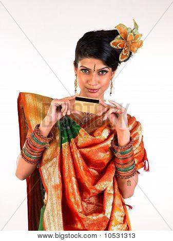 Inderin, die mit der Kreditkarte