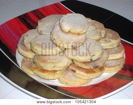 Crumbly shortbread cookies with raisins