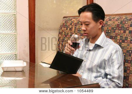 Homem de negócios olhando para seu projeto de lei de almoço