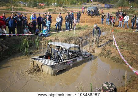 RUSSIA, PUSHKINO -?? 20 SEP, 2014: Sportsman is helping to driver to pull off-road vehicle at Rainforest Challenge Russia Autumn 2014 PRO-X.