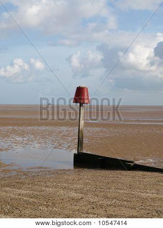Mensajes de advertencia en una playa de arena