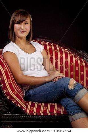 Retrato de una muchacha adolescente en sofá