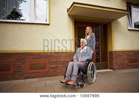 Rollstuhlfahrer vor Pflegeheim